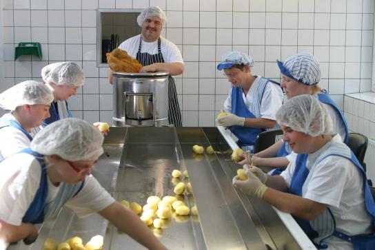 In der Kartoffelschälstraße bearbeiten die Mitar