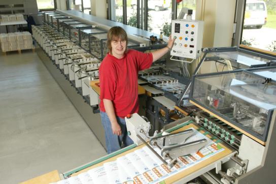 Eine Mitarbeitrin startet den Druckauftrag
