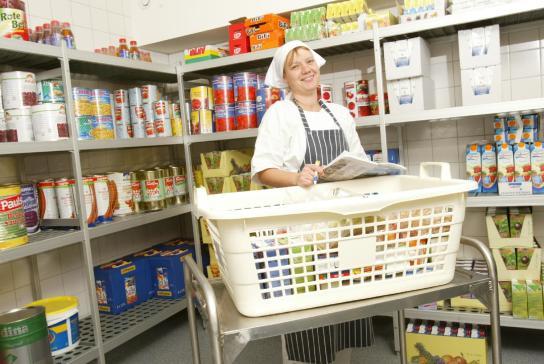 Kontrolle des Lagerbestandes der Lebensmittel der Großküche