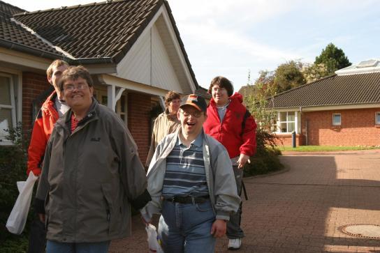 Bewohner vor den Wohnhäusern in Itzehoe, obere Dorfstraße