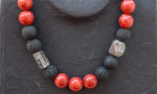 Eine Kette aus roten und schwarzen Kugelelementen