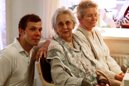 Zwei Damen und Pfleger