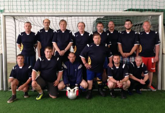 Die Fußball-Mannschaft der Hohenwestedter Werkstatt steht und hockt als Team im Tor.