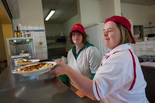 Auch unsere Hauswirtschaft präsentiert sich beim Tag der offenen Tür. Fleißige Mitarbeitende in diesem Arbeitsbereich kümmern sich unter anderem um die Raumpflege, Essensausgabe und Pflanzenpflege.