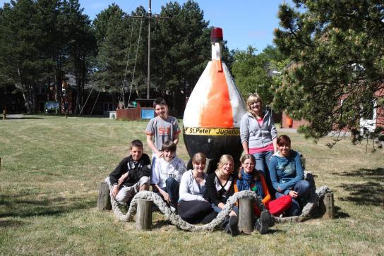 Kinder vor der Fahrwassertonne im Hintergrund die