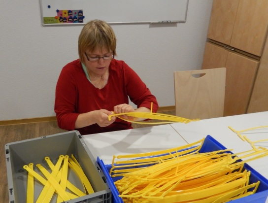Bild Eine Teilnehmerin bearbeitet gelbe Plastikteile