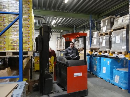 Bild Ein Mitarbeiter arbeitet mit dem Gabelstapler
