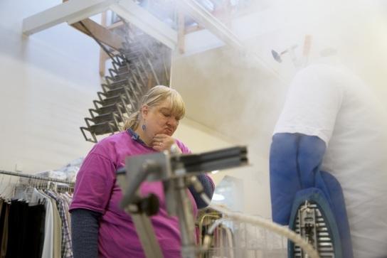 Bild Eine Mitarbeiterin mit Handicap arbeitet an d