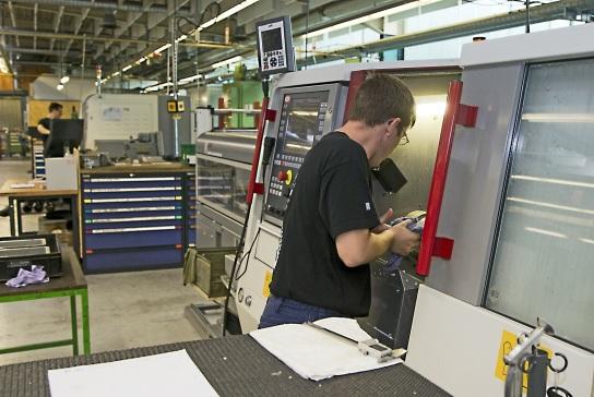 Bild Ein Mitarbeiter schaut in ein Bearbeitungscen