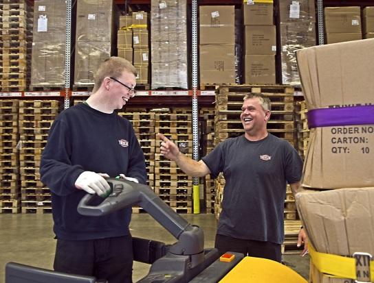 Bild Ein Mitarbeiter mit Handicap arbeitet mit der