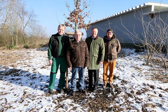 Bild Peter Lüdtke (Leiter Gartenbau, Holländerhof), Hans-Nico Nissen (Werkstattleiter, Holländerhof), Ulrich Spitzer (Geschäftsführer Klimapakt Flensburg) und Matthias Dill (Klimaschutzmanager der Stadt Flensburg)