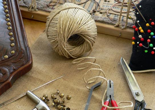 Handwerkzeug der Polsterer: Schere, Nadeln, Garn