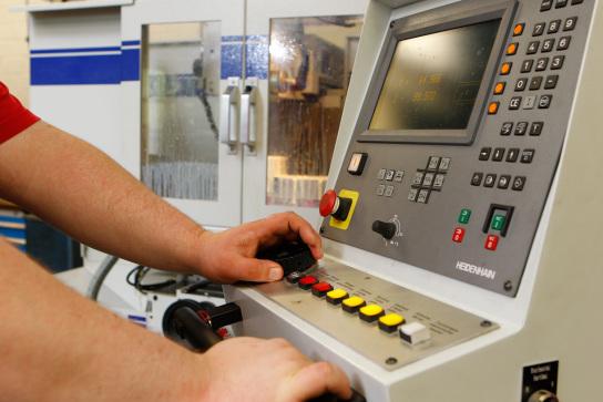 Bedientafel einer CNC- Maschine