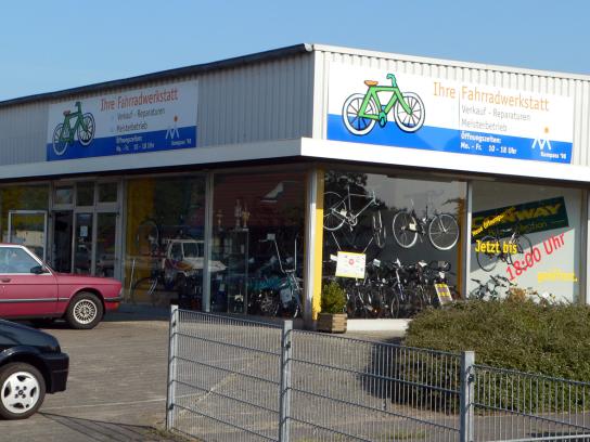 Außenansicht Fahrradwerkstatt, mit Schaufenster