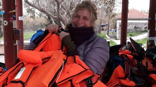 Bild: das Bild zeigt Jacquline Heinz beim Sortieren der geborgenen Rettungswesten.