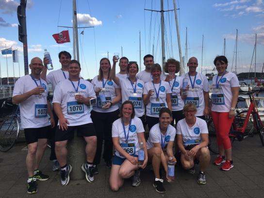 Das Team der Hohenwestedter Werkstatt ging 2017 erstmals  beim Kieler Business-Run an den Start! Auf dem Foto steht das Team vor der Kiellinie und genießt bei bestem Wetter die Atmosphäre nach dem Lauf.