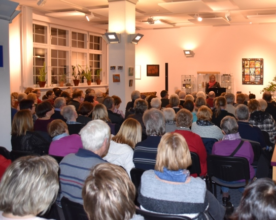 rund 100 Gäste lauschen den plattdeutschen Geschichten von Ines Barber