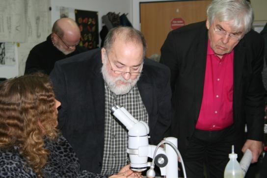 Die Meeresbiologie war einer der Arbeitsbereiche, die der Arbeitskreis Soziales der SPD-Landtagsfraktion in den Werkstätten Materialhof besuchte. Im Bild v.l.: Wolfgang Baasch und Bernd Heinemann.