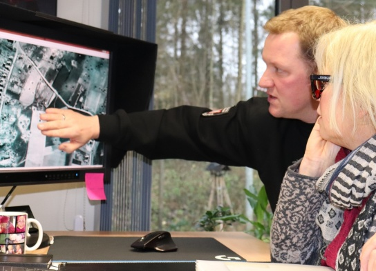 Alan Bock erläuterte den interessierten Besuchern, die Luftbildauswertung am Monitor, mit im Bild Silke Meyer.