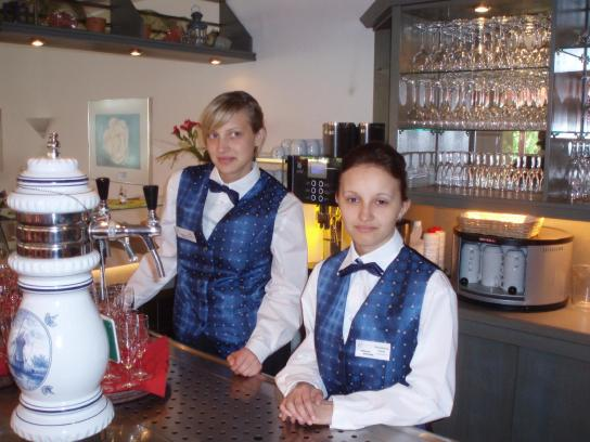 Zwei Auszubildende im Ausbildungsbereich Gastgewer