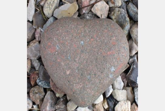 Der Stein hat die Form eines Herzens