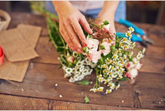 ein schöner Blumenstrauß wird gebunden