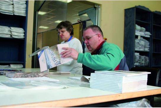 Kataloge werden für den Versand vorsortiert