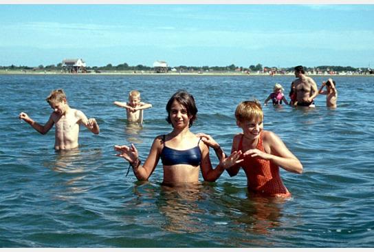 Kinder baden in der Nordsee