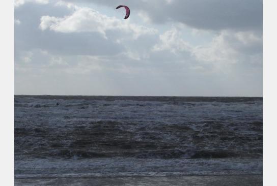 Wasser überspült den Strand