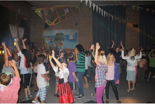 Die Piratinnen und Piraten tanzen gemeinsam den Piratentanz