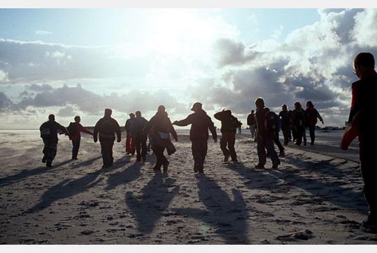 Eine Gruppe geht am Strand
