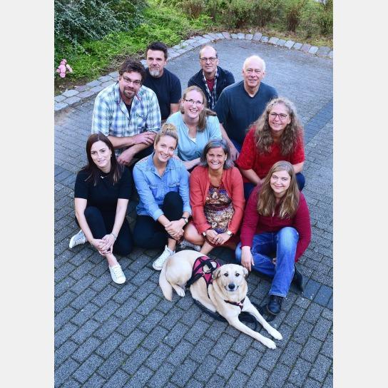 Hier sehen sie das Team der Tide Kiel: 6 Frauen, 4 Männer und ein Hund
