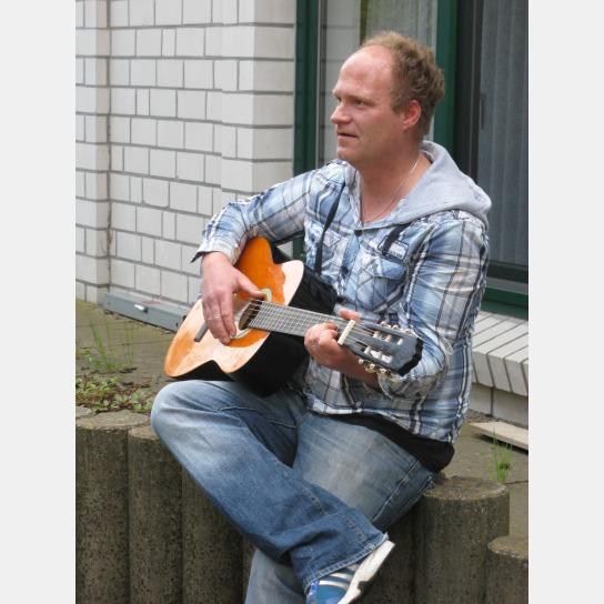 Ein Mann spielt auf einer Gitarre