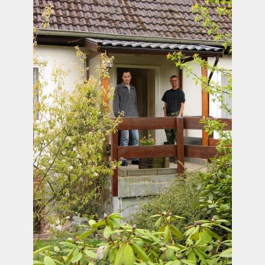 Zwei Bewohner vor der Haustür.