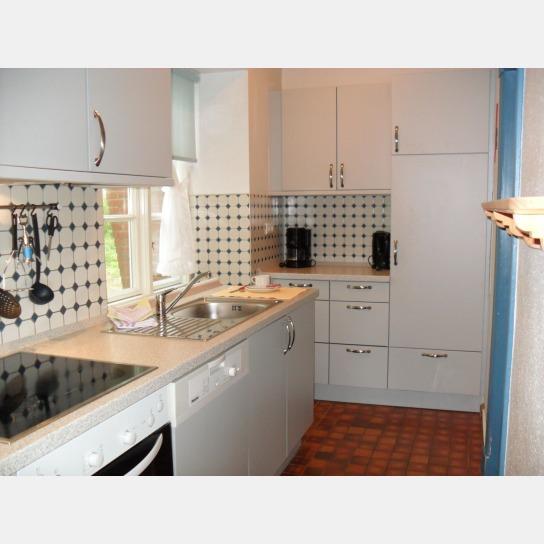 voll ausgestattete Küche mit Geschirrspüler