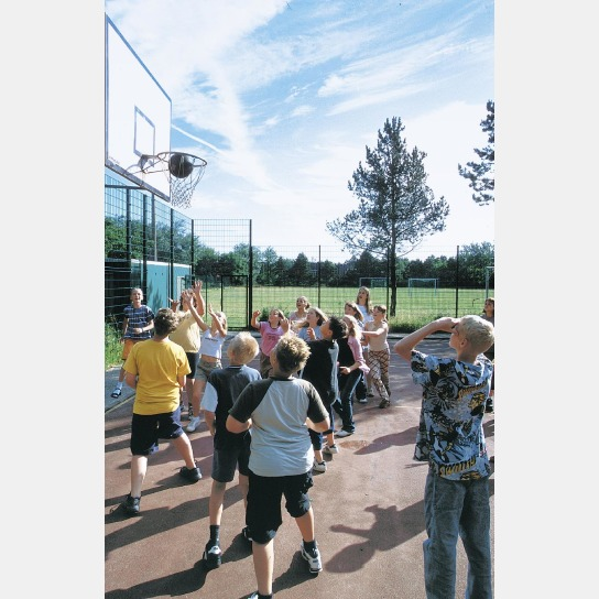 Kinder spielen Basketball