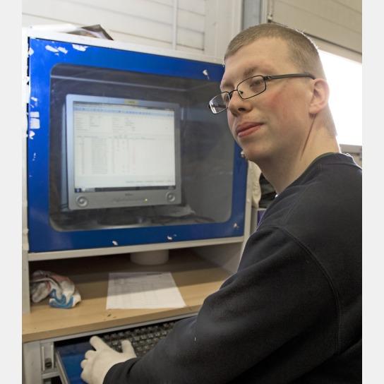 Bild Ein Mitarbeiter mit Handicap bucht Waren am P