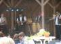 Eine Folkformation spielt auf der Bühne (Saxophon, Bouzouki, Kongas und Posaune)