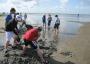 Kinder buddeln Wassergräben