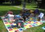 Kinder spielen Twister
