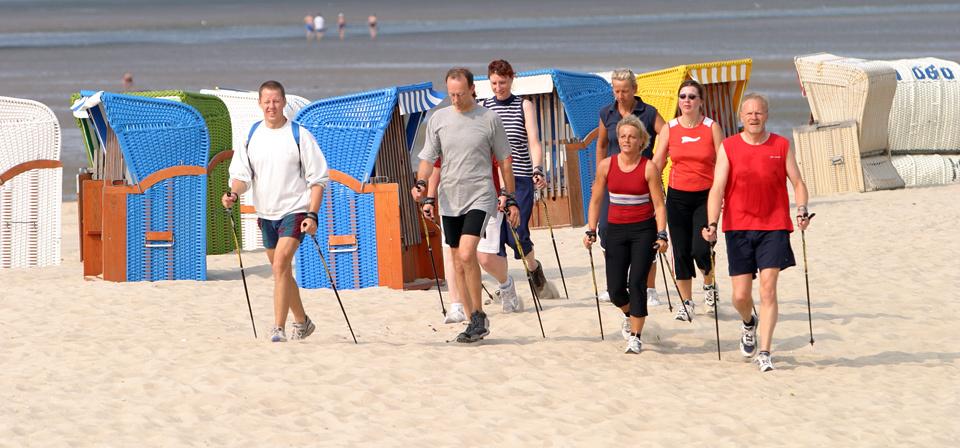 Eine Nordic-Walkinggruppe am Strand von Föhr