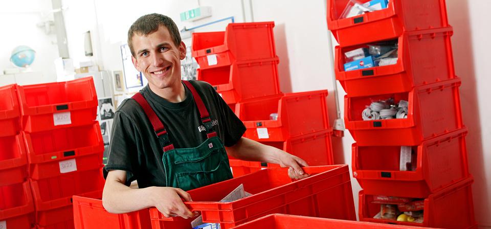 Ein Mann trägt eine rote Kiste