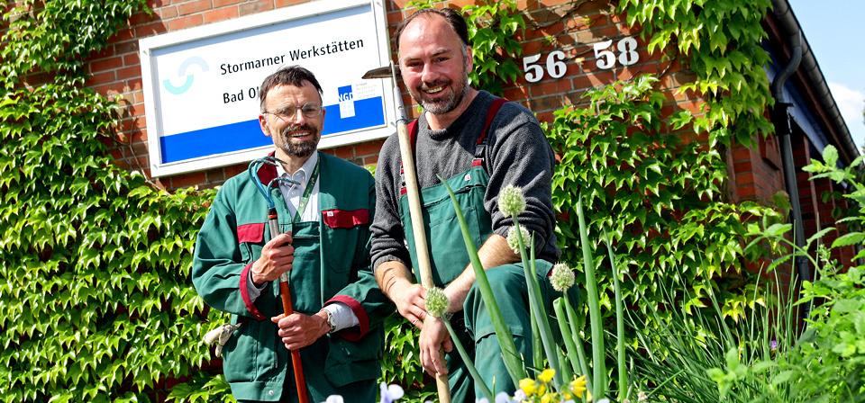 Zwei Männer der Stormarner Werkstätten bei Garte