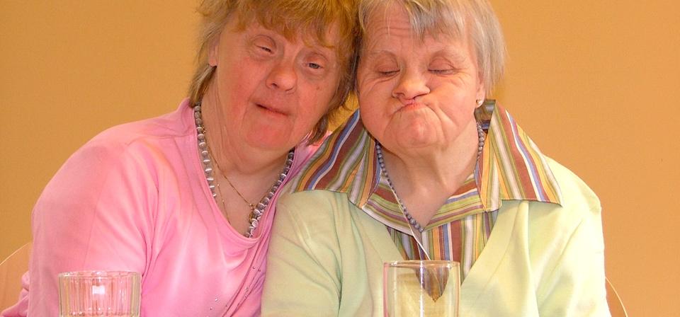 Zwei Damen kuscheln miteinander