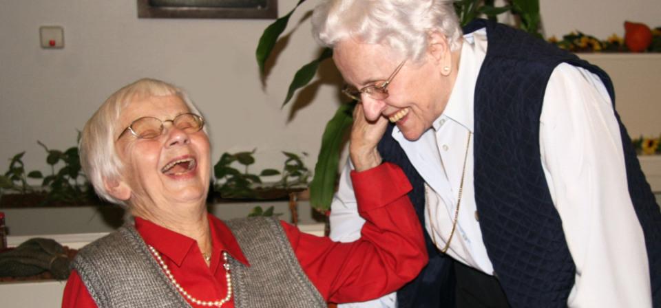 Zwei Damen der Seniorenwohnanlage