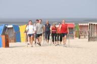 Bild: Eine Nordic Walking Gruppe am Strand