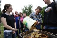 Die Mitarbeiter der Imkergruppe sammeln Bienenwabe
