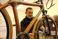 Ein Mitarbeitender montiert ein neues Fahrrad.