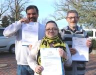 Drei Teilnehmer halten ihr Montagehelfer-Zertifika