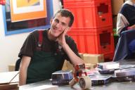 ein Mitarbeiter am Montagetisch mit Material zum V